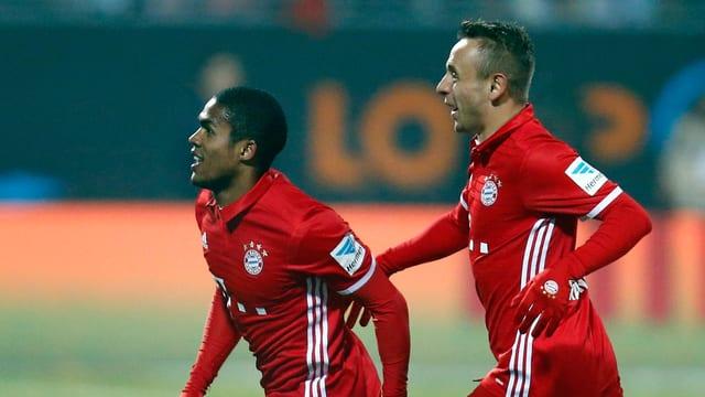 Bayerns Douglas Costa und ein Mitspieler bejubeln einen Treffer.