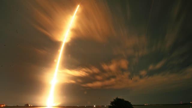 Auf dem Bild ist die «Falcon 9»-Rakete zu sehen, die den Raumtransporter «Dragon» ins All beförderte. (keystone)