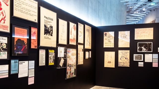 Ausstellungswand mit verschiedenen Plakaten im Landesmuseum.