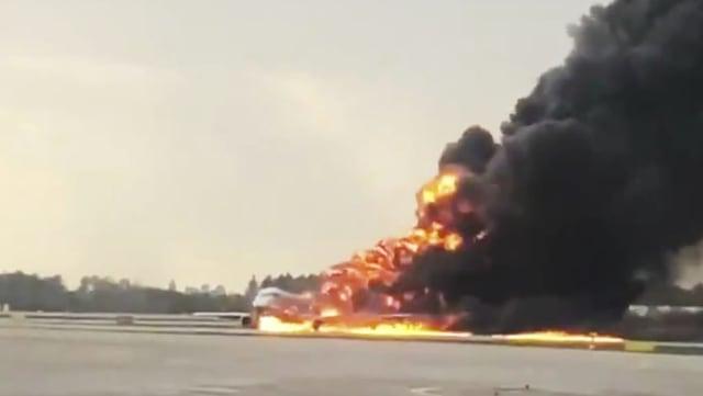 Ein brennendes Flugzeug am Moskauer Flughafen
