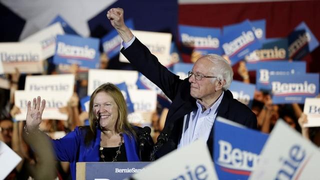 Bernie Sanders mit seiner Frau an einer Wahlkampfveranstaltung.