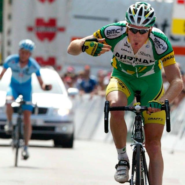 Im Trikot von Phonak fährt Rast 2006 über die Ziellinie und feiert seinen zweiten Schweizer-Meister-Titel nach 2004.