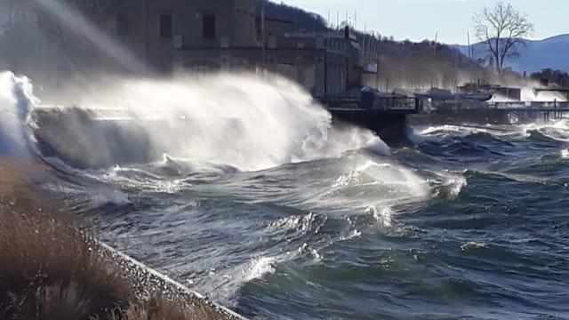 Wellen schlagen an die Ufer des Lago Maggiores.