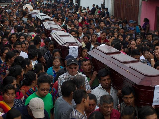 Angehörige trauern in San Juan Alotenango um die Verstorbenen.