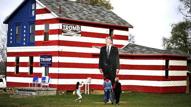 Leslie Rossis Stolz ist die übergrosse Trump-Tafel im Garten ihres Fan-Hauses.