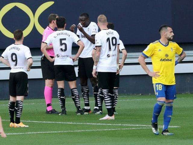 Valencias Spieler belagern den Schiedsrichter.