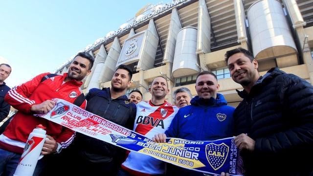 Fans von Boca und River zeigen vor dem Bernabeu-Stadion, dass es auch friedlich geht.