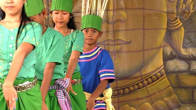 Video «Tanz und Schule statt Leben in Armut» abspielen