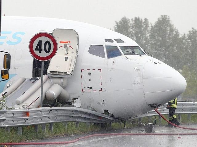 Flugzeug auf Strasse gelandet: Nase der Maschine hat die Leitplanke durchbrochen.