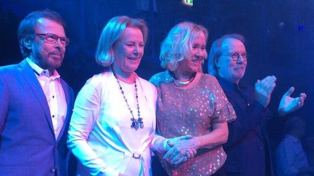 Die Abba-Mitglieder Björn, Anni-Frid, Agnetha und Benni gemeinsam auf der Bühne.