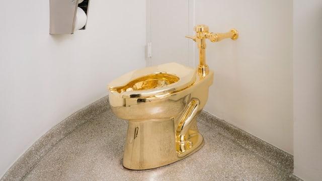 Grossaufnahme einer komplett goldenen Toilette.