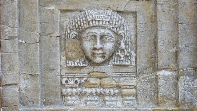 Relief-Gesicht einer Frau.