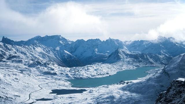 Der Stausee Lago Bianco im einer winterlichen Landschaft.