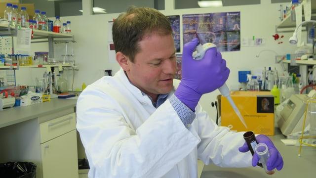 Daniel Legler arbeitet im Labor