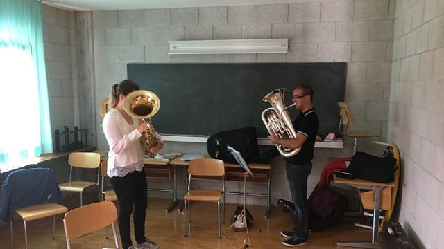 Eexercizi cun l'eufonium cun il scolast Gilles Rocha