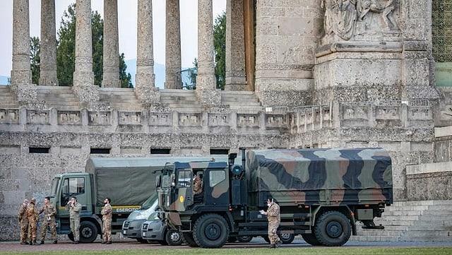 Lastwagen der italienischen Armee stehen vor dem Hauptfriedhof in Bergamo.