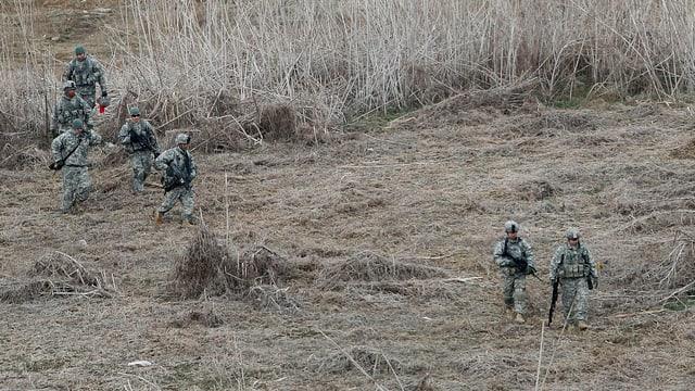 US-Soldaten in Kampfanzügen im Feld.