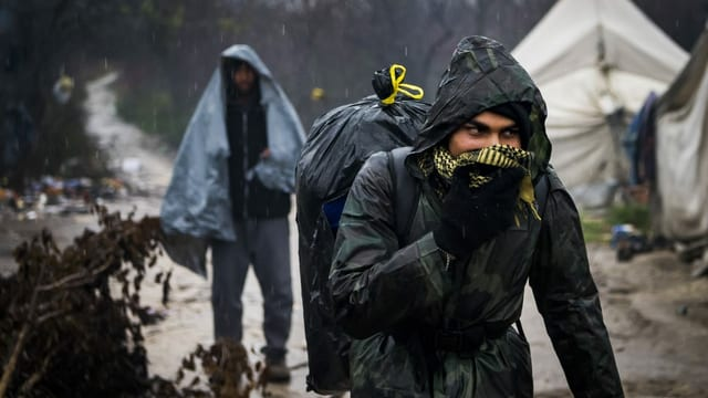 Migranten in Flüchtlingsager an der bosnisch-kroatischen Grenze