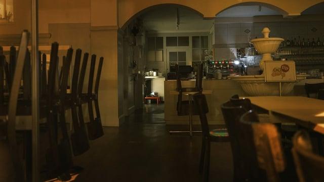 Ein leeres Restaurant, Stühle auf dem Tisch