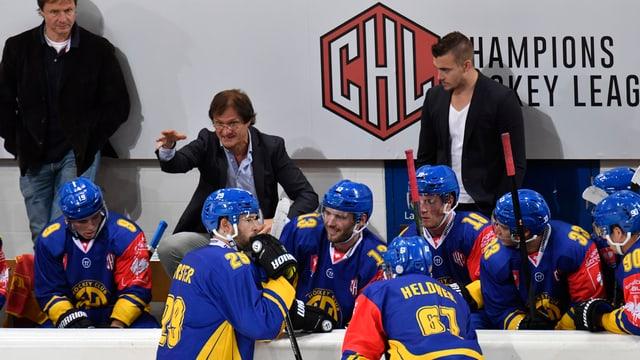 Arno DelCurto instruescha sia equipa.
