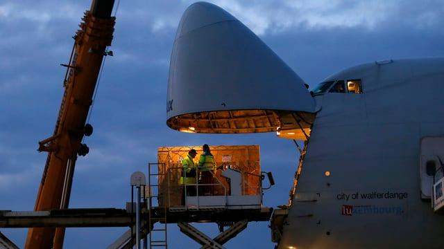Geöffnete Front-Frachtluke eines Jumbo-Jets