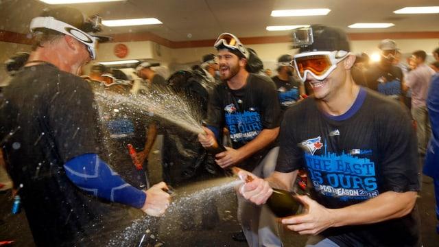 Die Spieler der Toronto Blue Jays bespritzen sich in der Kabine mit Champagner.