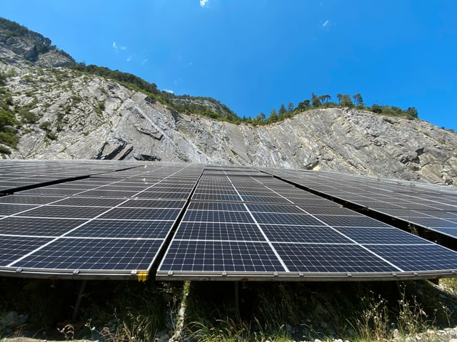 Purtret da l'implant solar davant la paraid crap autezza che fa impressiun.