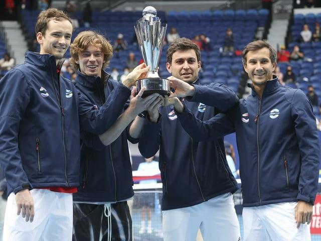 Aslan Karatsew feiert mit seinen Landsmännern den Titelgewinn am ATP Cup.