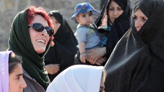 Mehrere Frauen im Kopftuch, eine davon ist Behnaz Jafari.