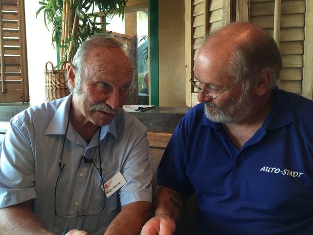 Roger und Toni am Tisch im Restaurant