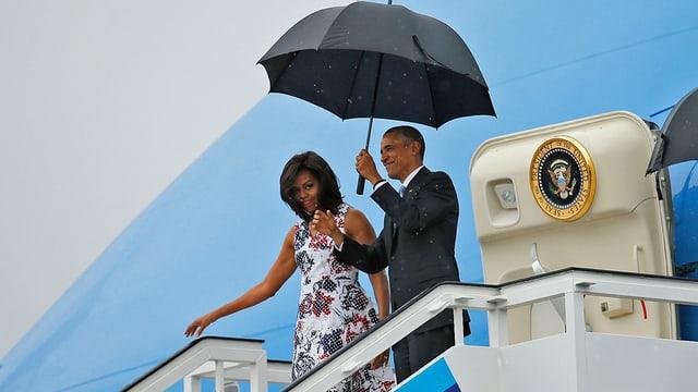 Barack e Michelle Obama vid il sortir da l'aviun.