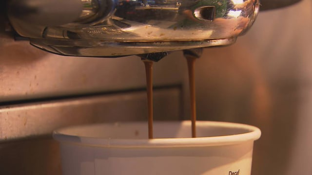 Kaffee wird in Becher gefüllt