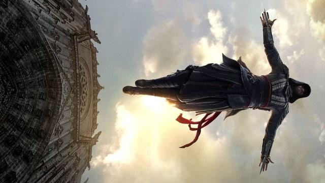 Mann springt von Kirchendach