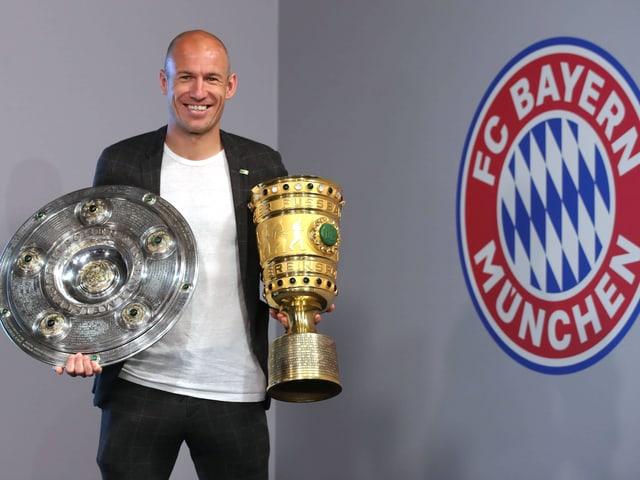 Fussballspieler Robben mit Pokalen