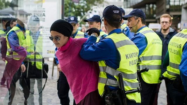 Demonstrantin und Polizei