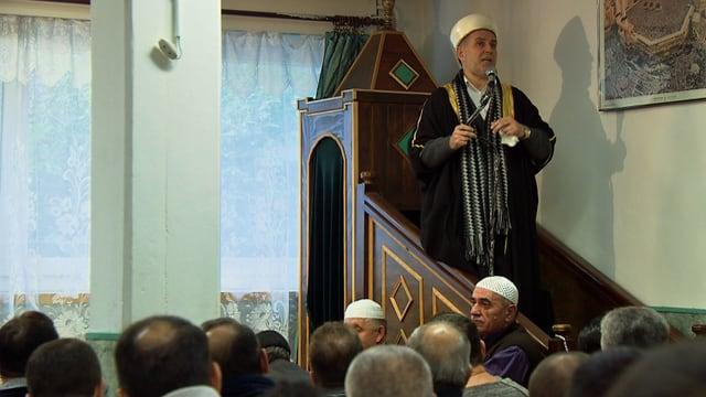 Ein Imam in einer kleinen Schweizer Moschee spricht zu den Gläubigen.