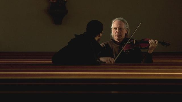 Zwei Männer in einer Kirche