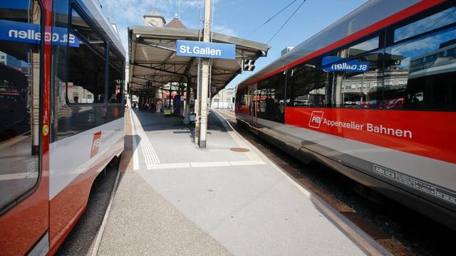 Zwei Züge der Appenzeller Bahnen warten am Bahnhof St. Gallen.