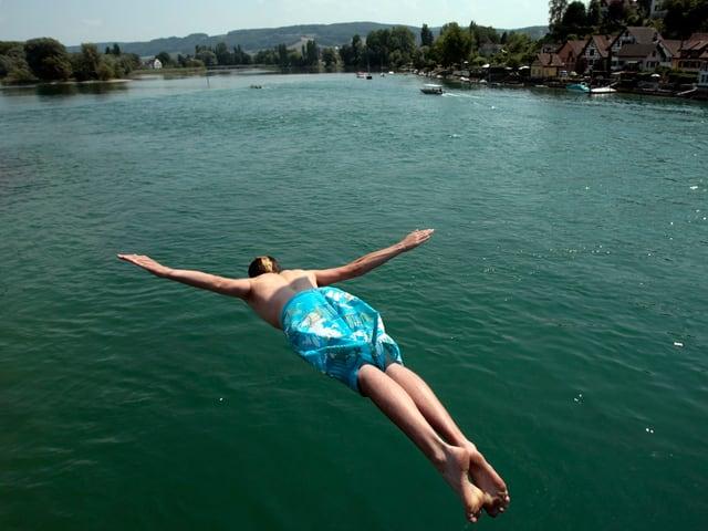 Ein Mann spring Kopf¨über ins Wasser.