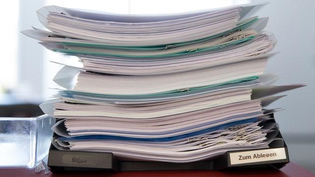 Büroablage mit hohem Stapel Papier