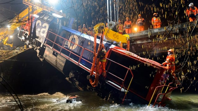 Bisher letzter Punkt einer Unfallserie: Eine Rangierlokomotive ist bei Cossonay VD entgleist und in einen Bach gestürzt.