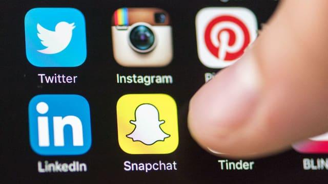 Ein Tablet mit den Icons von Snapchat und Instagram.