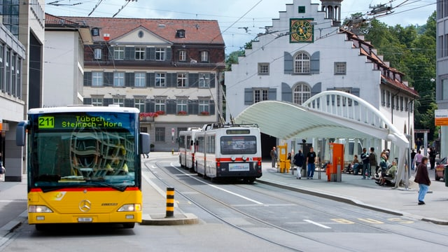 Bus und Postauto an Haltestelle