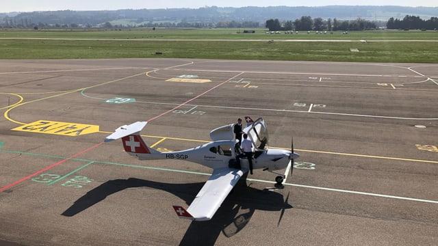 Kleinflugzeug der European Flight Academy wird von angehenden Piloten vorbereitet zum Start.