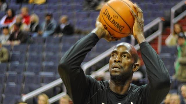 Kevin Garnett wirft einen Basketball.