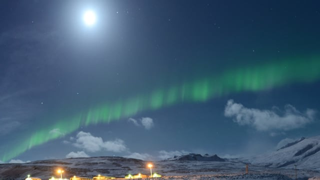 Mond, darunter ein grünes Polarlicht-Band