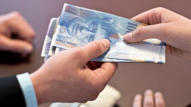 Banknoten wechseln den Besitzer.