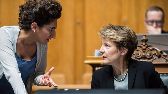 La cussegliera naziunala Sibel Arslan (Verds, BS) en discussiun cun la cussegliera federala Simonetta Sommaruga.