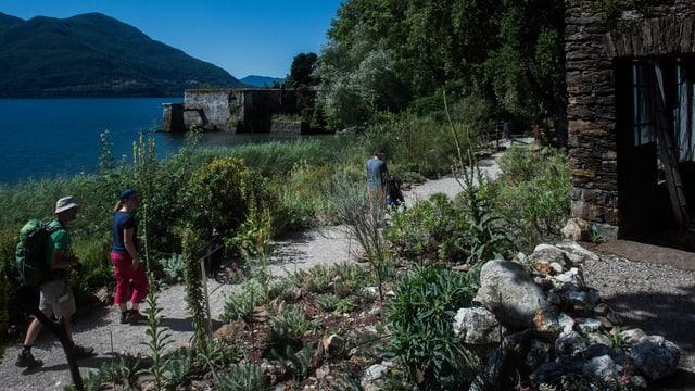 Drei Touristen im Botanischen Garten auf den Brissago-Inseln im Lago Maggiore