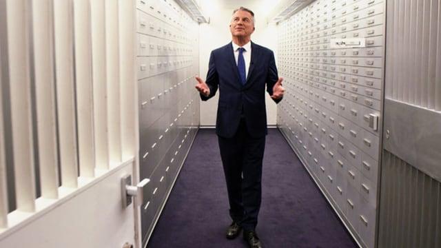 Moderator Reto Lipp geht in der Sendung «ECO Spezial»: Private Banking – Die Party ist zu Ende durch einen Tresorraum.